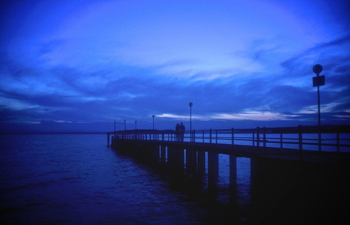 Der siebte Monat -  schon diese Nacht des sechsten Tages -  ist anders als die anderen!  ⛩  Fumizuki ya - muika no trune no - yo niwa mizu  (Bashō)