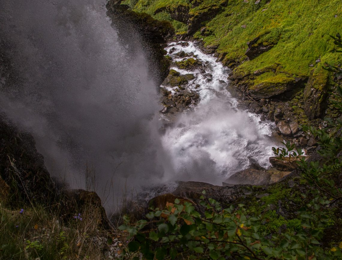 Der Wasserfall stürzt hinab - die Welt - ein tiefblaues Tosen ⛩ Taki ochite - gunjou sekai - todoro keri (Mizuhara Suuoushi)