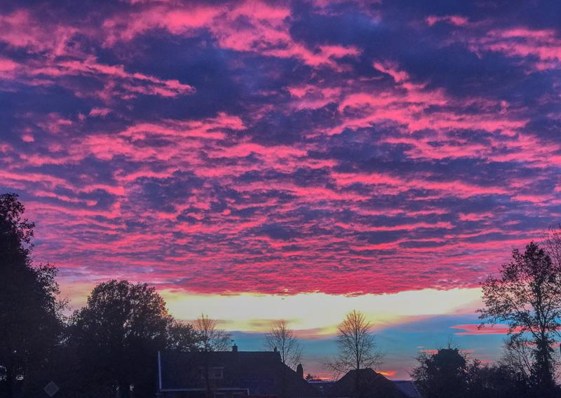 Novemberhimmel die violette Wolkendecke zieht über das Dorf ⛩