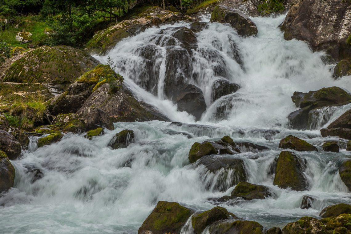 Etwas schneller als ich - ist der Fluß - im Frühling  ⛩ Haru no mizu - waga ayumi yori - yaya hayashi  (Tanino Yoshi)