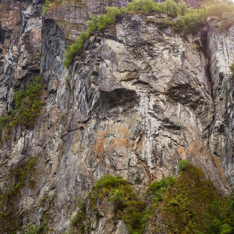 Ein Felsgesicht schaut mich an - ich blicke zurück - und erstarre vor Kälte ⛩ (Marion Schmidt)