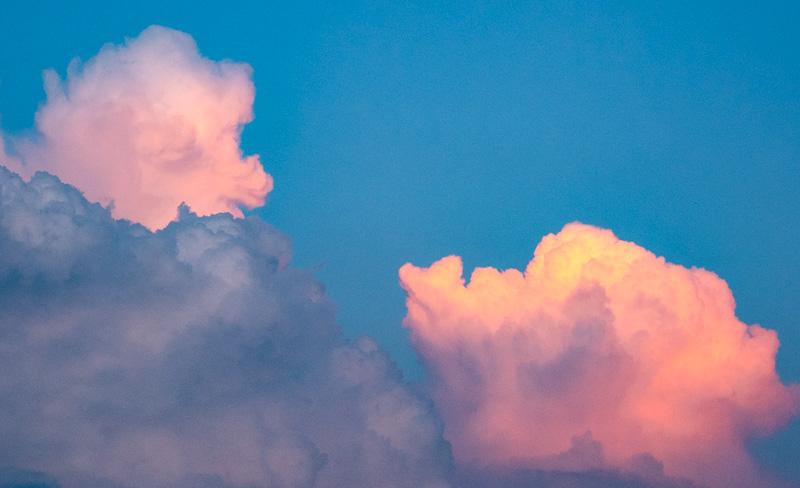 Wie der Herbststurm braust! - Aber hoch am Himmel stehen - Wolken unbewegt. (Nogetsu)